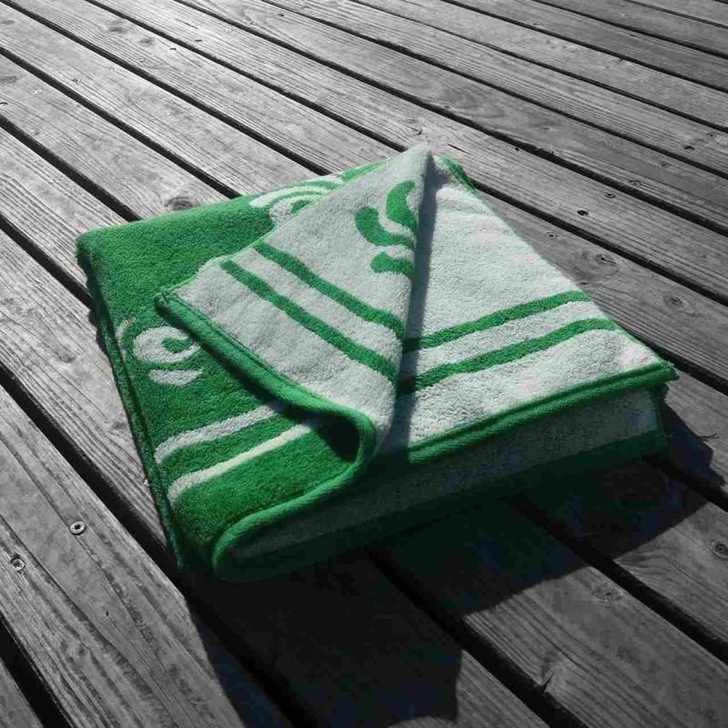 Strandtuch mit dem Bembelmuster auf einem Steg