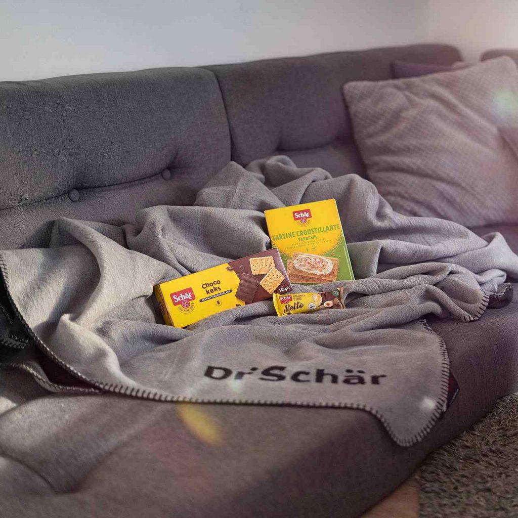 Kuscheldecke Dr. Schaer Kolter auf der Couch