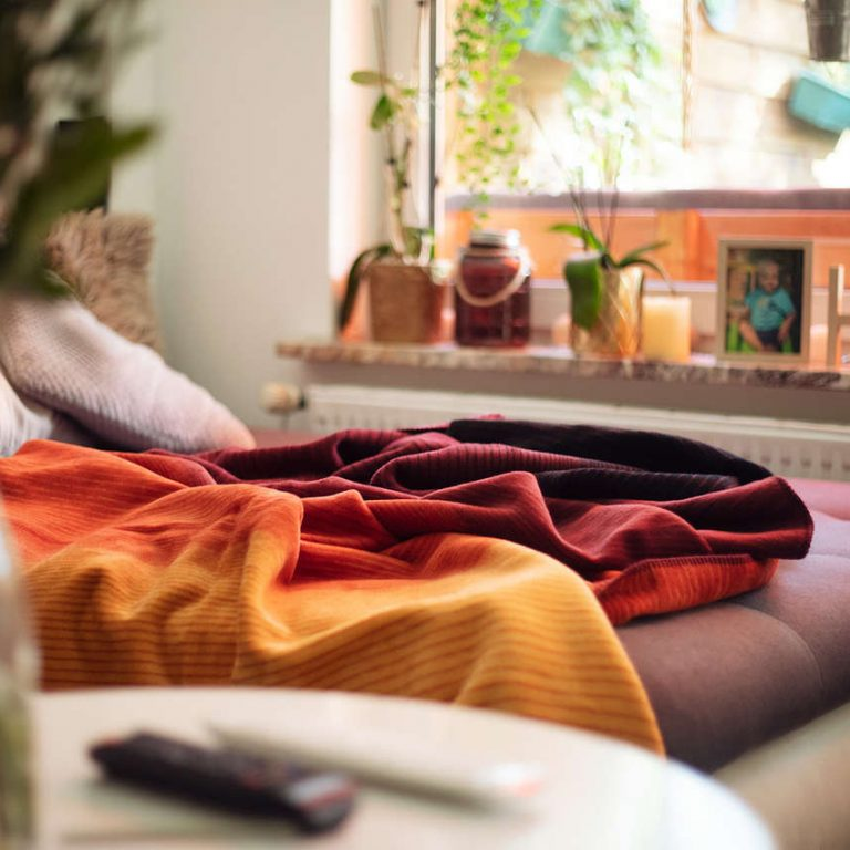 Gestreifte Kuscheldecke Herbstkolter auf der Couch