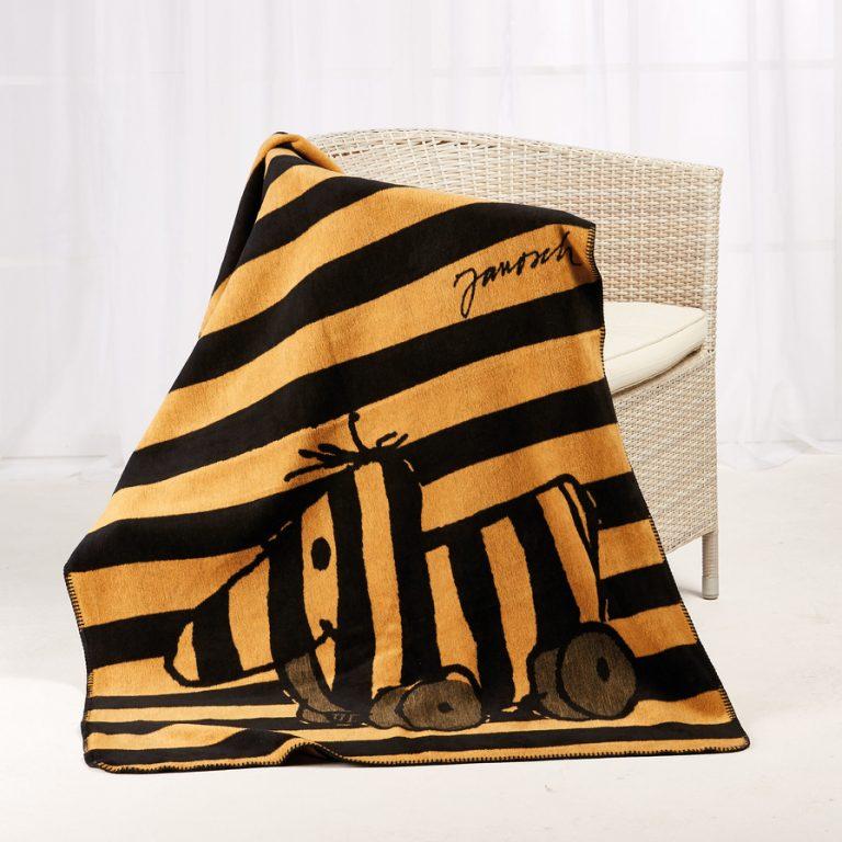 Kuscheldecke Janosch-Kolter Tigerente auf einem Stuhl