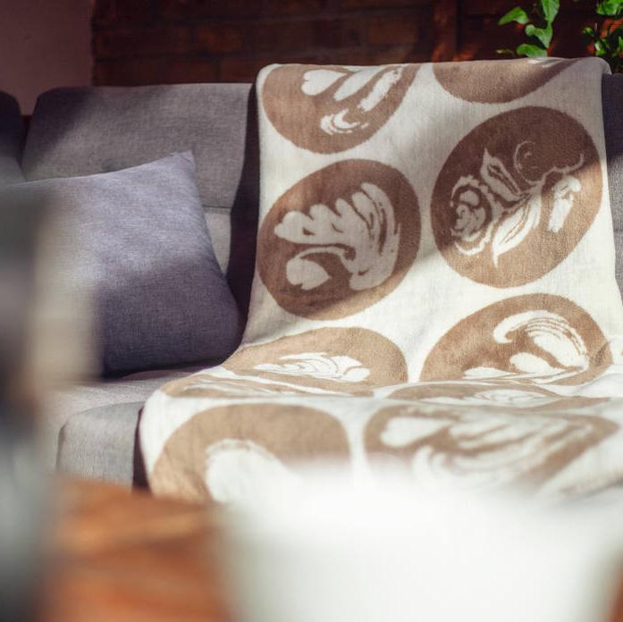 Kuscheldecke Kaffee-Kolter auf einer Couch