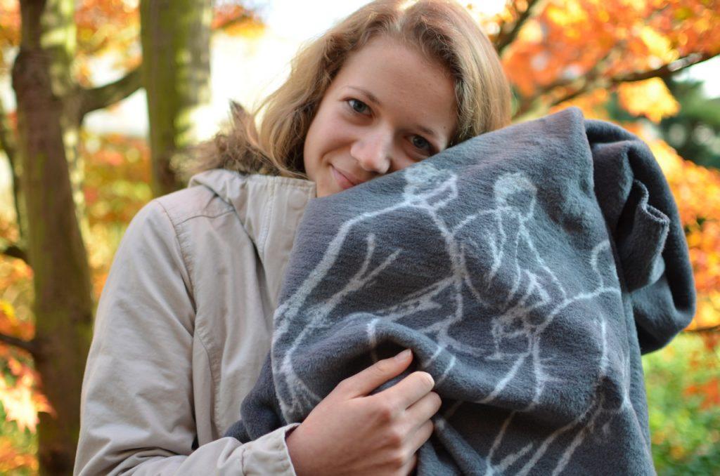 Frau kuschelt mit der Kuscheldecke Giessen-Kolter